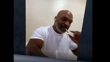 Mike Tyson palił jointa w czasie podpisywania kontraktu na walkę z Royem Jonesem Jr.