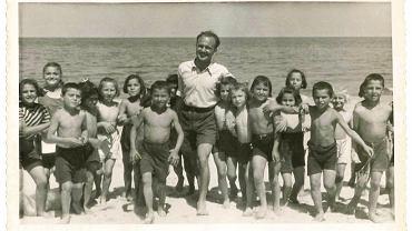 Mój tato, Kazimierz Kalicki, z greckimi wychowankami na kolonii letniej w Jastarni-Borze, 1951 rok
