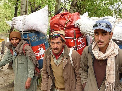Porterzy wyprawy w okolicach Askole