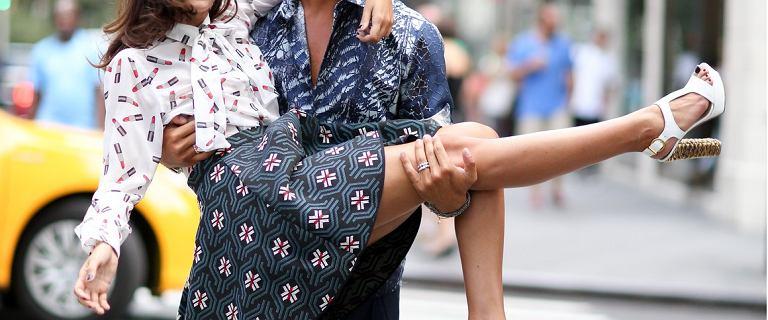 Te zamszowe sandały wyglądają luksusowo! Ze złotymi detalami w stylu glamour to model polskiej marki, kupisz je na wyprzedaży!