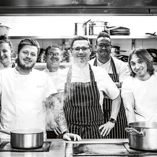 Kuba Winkowski i zespół restauracjiw The Feathered Nest Country Inn -wielokrotnie nagradzanej restauracji wCotswolds whrabstwie Oxfordshire