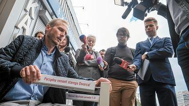Dworzec PKP - happening 'Uratuj Poznań Główny', podczas którego stowarzyszenie Inwestycje dla Poznania porównywało dworzec do stołu bez nóg