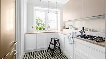 W tej kuchni wybrano różne fronty na górna i dolną zabudowę. Na dole są profilowane, klasyczne fronty, a na górze gładkie i nowoczesne.