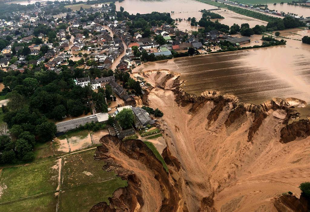 Skutki powodzi w Niemczech. Osuwisko obok miasta Erftstadt
