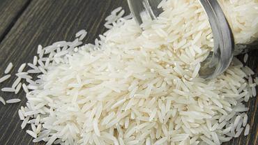 Włóż do szklankę ryżu. To świetny patent na wilgoć i nieprzyjemny zapach