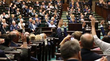 Posłowie podczas 17. posiedzenia IX kadencji Sejmu. W nocy odbyło się czytanie nad nowelizacją ustawy o ochronie zwierząt.