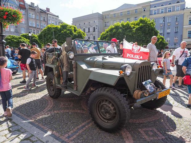 Zdjęcie numer 33 w galerii - Międzynarodowy rajd zabytkowych pojazdów na Rynku w Wałbrzychu. Było co podziwiać [ZDJĘCIA]