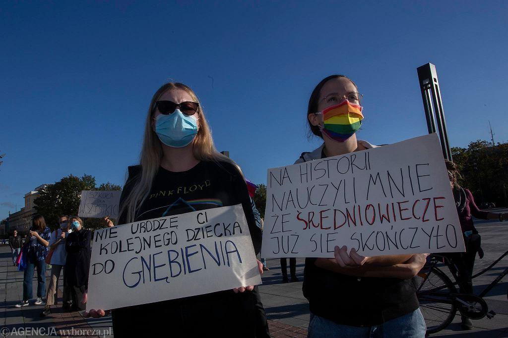Wrocław. Demonstracja 'Nie dla ministra homofobii'' przeciwko nominacji Przemysława Czarnka na ministra edukacji