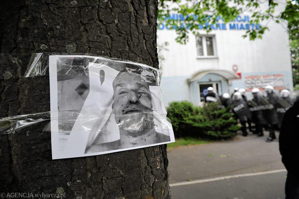 Protest przed komisariatem na Trzemeskiej - zdjęcie skatowanego Igora Stachowiaka