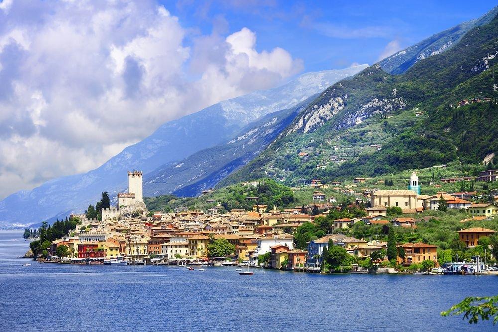 Malcesine - miejscowość turystyczna nad samym Jeziorem Garda, w Wenecji Euganejskiej (prowincja Werona). Ma liczne połączenia żeglugowe z sąsiednimi miejscowościami nad Gardą, zwłaszcza z Limone sul Garda i Riva del Garda. Kolejką linową można wjechać na szczyt Monte Galdo, a największym zabytkiem jest frankoński zamek Scaligiero. Malcesine leży ok. 120 km od Wenecji i ok. 40 od Werony.