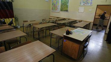 Nauczanie hybrydowe - pusta sala lekcyjna