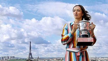 Iga Świątek z pucharem za zwycięstwo we French Open