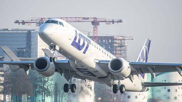 LOT zainaugurował połączenie z Lotniska Chopina do Londynu City. Na zdjęciu specjalnie na tę okazję pozyskany nowy samolot Embraer 190