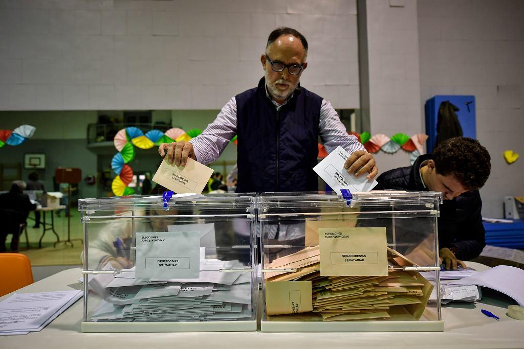 Liczenie głosów w punkcie wyborczym w Pampelunie, 10 listopada 2019