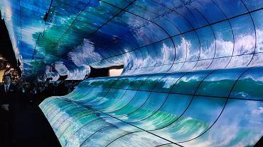 Gigantyczna 'fala' ułożona z paneli OLED przed stoiskiem LG na targach CES 2019