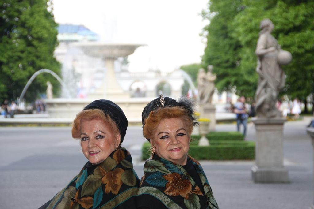Bronia (z lewej) i Lonia w Ogrodzie Saskim