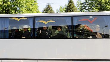 900 metrów pod ziemią w kopalni Zofiówka w Jastrzębiu Zdroju w sobotę przed południem doszło do silnego wstrząsu. Na zdjęciu autobus z ratownikami górniczymi
