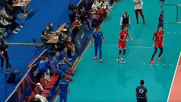 Walentin Gołubiew po próbie ratowanie piłki potężnie zbitej przez Bartosza Kurka - screen z TVP 1