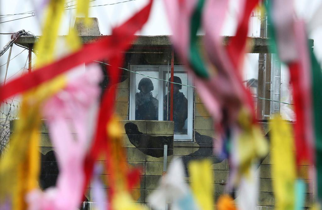 Korea Północna jest zamknięta na świat. Na zdjęciu: żołnierze Korei Południowej na granicy