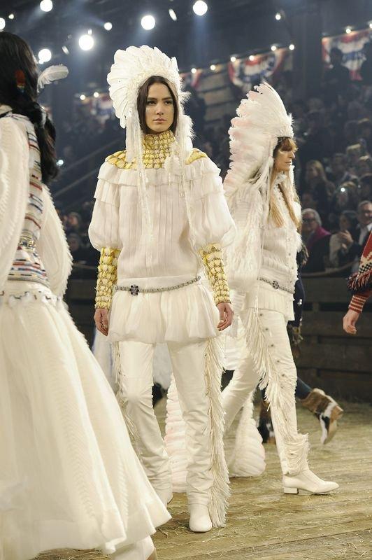 Pióropusze w pokazie Chanel