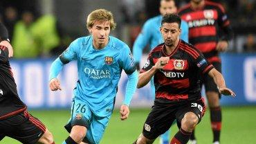 Bayer Leverkusen - FC Barcelona. Sergi Samper z lewej