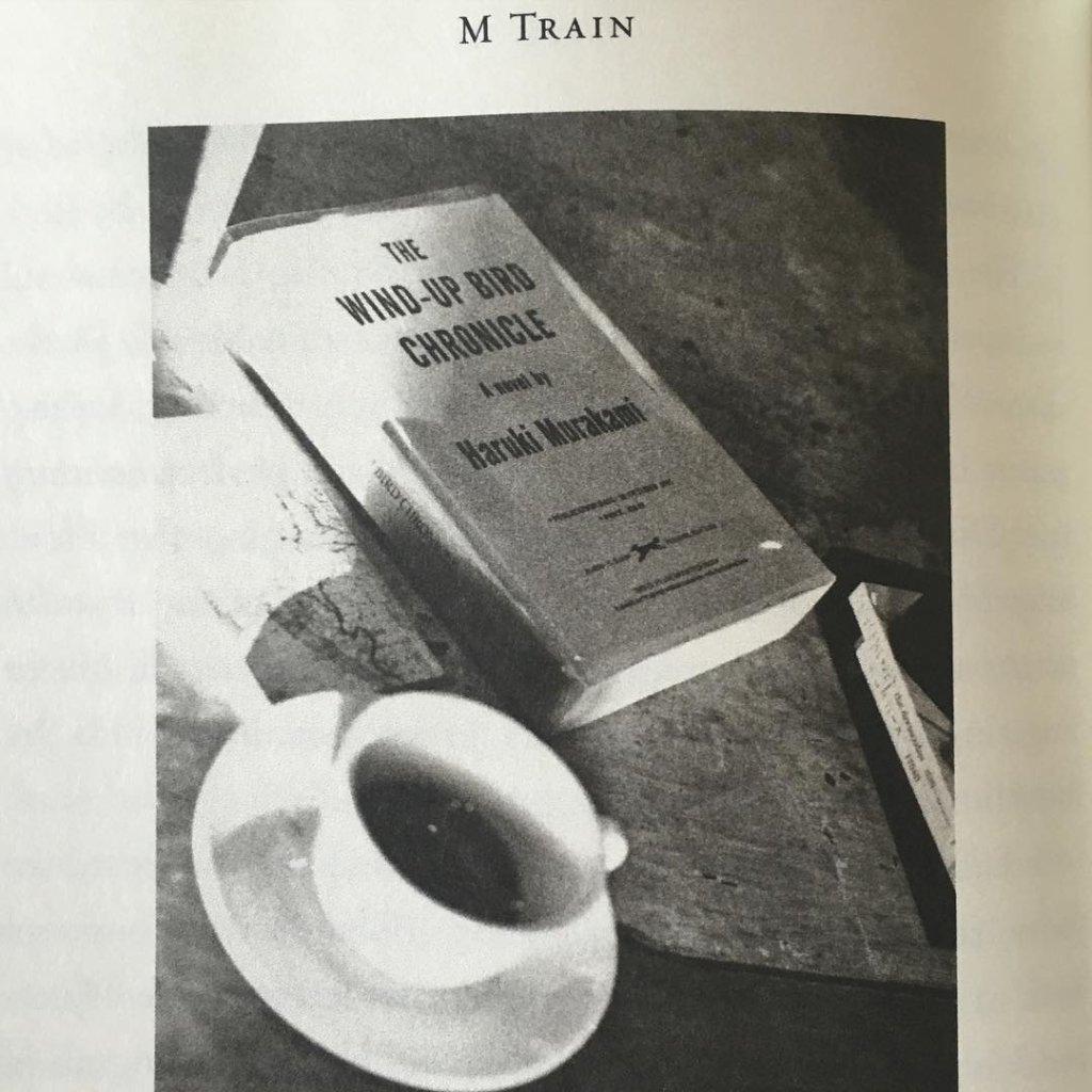 Zdjęcie, które Florence opublikowała ostatnio na swoim instagramie, to strona z książki Patti Smith pt. 'M-train', na której rockmanka poleca 'Kroniki ptaka nakręcacza' Harukiego Murakamiego - tę samą książkę, którą dla swojego klubu wybrała Florence. Florence podpisała fotografię: 'wygląda na błogosławieństwo od Patti Smith dla 'Between two books', podczas gdy ja zachłannie czytam dwie książki na raz'. / archiwum prywatne Florence Welch