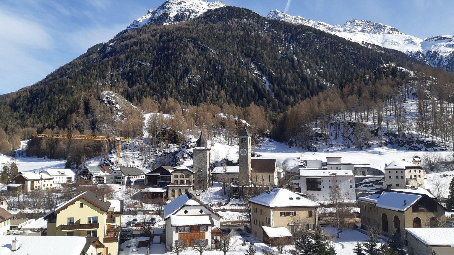 Wieś Susch i muzeum sztuki współczesnej niemal niezauważalnie wpisane w jej panoramę