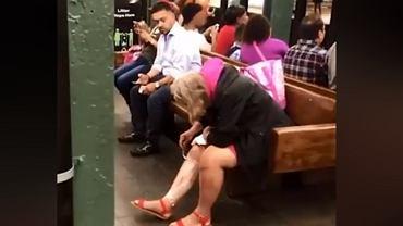 kobieta goli nogi w metrze
