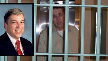 Zdjęcie oficjalne Hanssena z końcowego okresu pracy w FBI i tuż po osadzeniu w więzieniu.