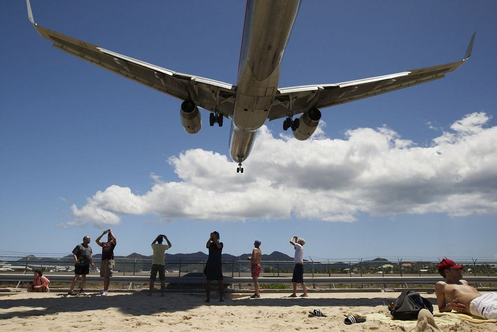Samolot ląduje nad plażą Maho na Antylach Holenderskich