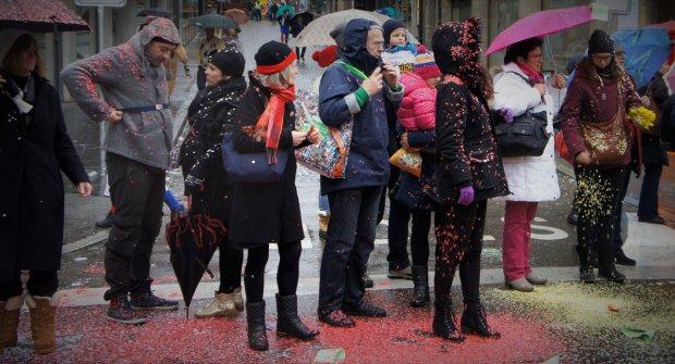 Desz konfetti podczas Cortage w Bazylei