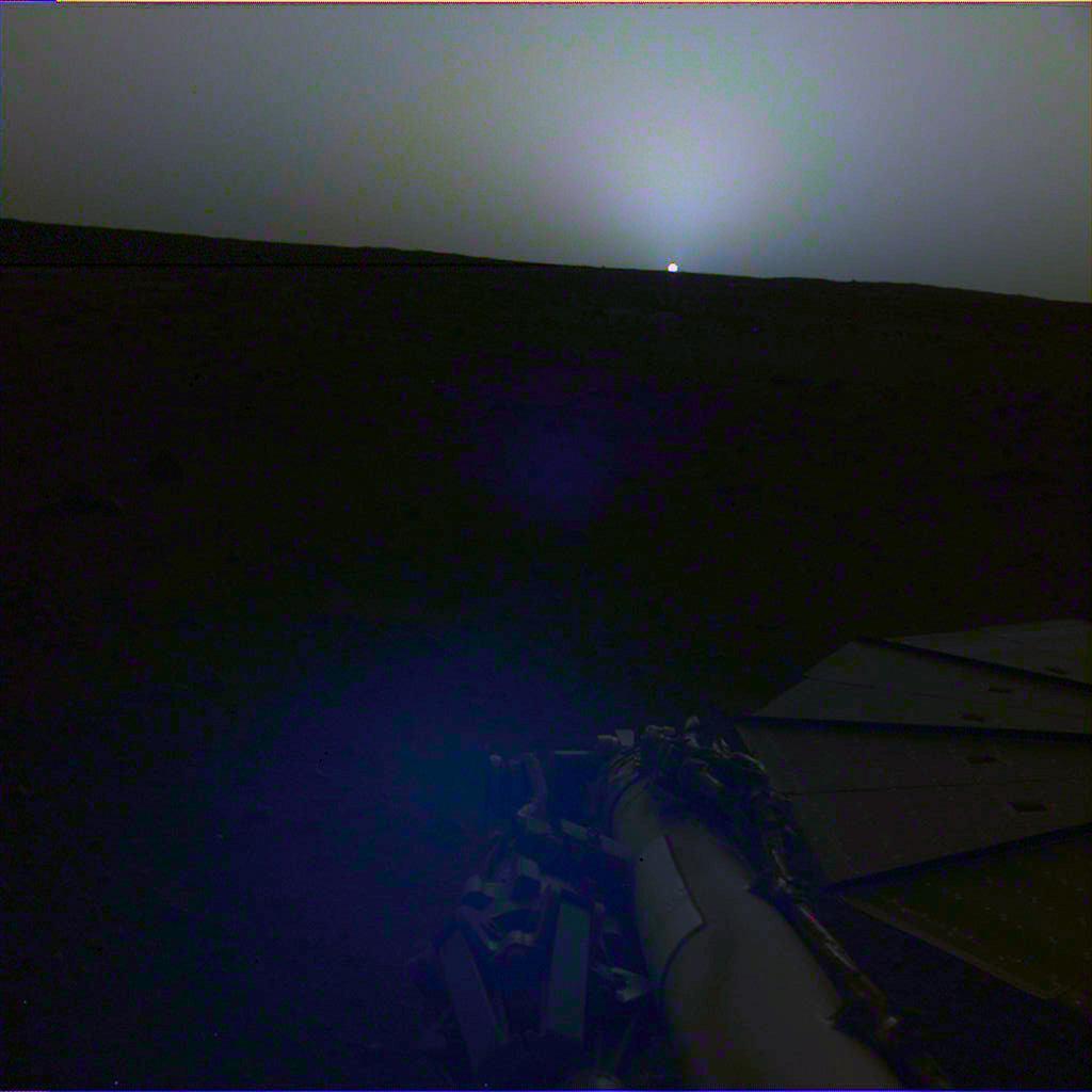 Zachód słońca nad Marsem zarejestrowany przez lądownik InSight