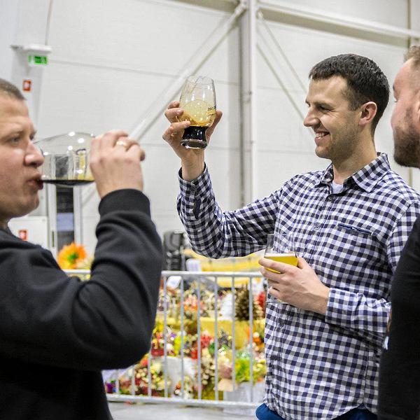 W Lublinie zakończyły się Targi Piw Rzemieślniczych. Podczas imprezy amatorzy złotego trunku mogli zapoznać się z różnorodnymi stylami piwa, ich odmianami i aromatami. Mogli również spotkać producentów cydru, a także sklepy i puby oferujące piwa craftowe zarówno z Polski jak i z zagranicy. W wydarzeniu udział wzięło ponad 30 browarów z Polski, ale nie tylko. Obecny był m.in. Browar Zakładowy, SzałPiw, PINTA, Widawa, czy Wrężel, ale również producenci ze Szwecji i Słowacji. Wybór piw kraftowych był ogromny - 300 różnych smaków do degustacji. 20 z nich to zupełna nowość na lubelskich Targach. Podczas imprezy odbywały się też wykłady na temat piwa, m.in. tego jak warzyć piwo w domu oraz jak je degustować. Lubelskie Targi Piw Rzemieślniczych odbywały się w Targach Lublin przy ul. Dworcowej 11.