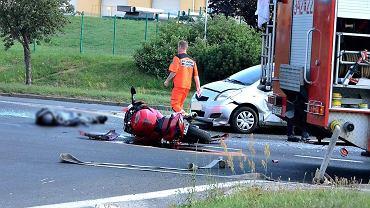 Wypadek w Zielonej Górze na al. Zjednoczenia. Kierująca toyotą yaris potrąciła motocyklistę. Mężczyzna zginął na miejscu