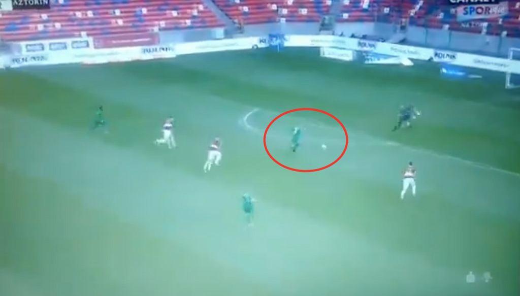 Mateusz Kuzimski po fatalnym przyjęciu piłki w meczu Górnik Zabrze 1:2 Warta Poznań. Źródło: Twitter