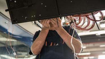 Firmy produkcyjne mają największy problem ze znalezieniem pracowników. Fot. fabryka, zdjęcie ilustracyjne