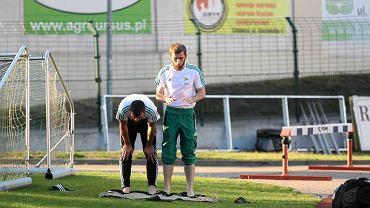 Zaur Sadajew (z lewej) i Adłan Kacajew przygotowują się do modlitwy po sparingowym meczu Lechii z Apoelem Nikozja