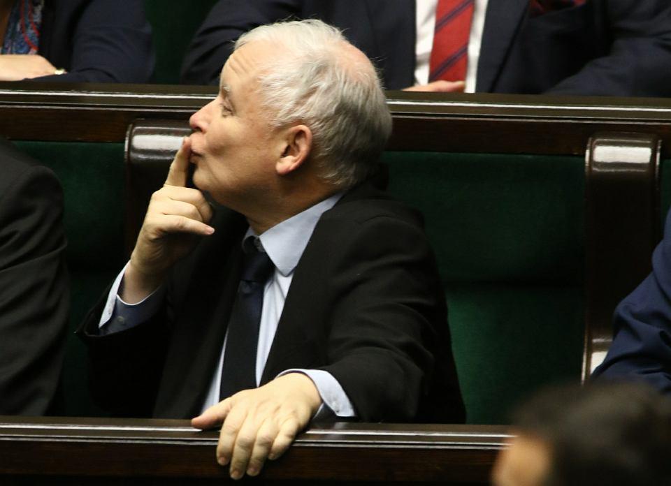 Jarosław Kaczyński przesyła buziaki podczas expose Mateusza Morawieckiego. Warszawa, Sejm, 12 grudnia 2017