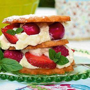 Kruche ciasteczka z kremem i świeżymi owocami