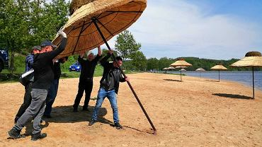 Kolejne parasole trzcinowe nad Zalewem Brodzkim