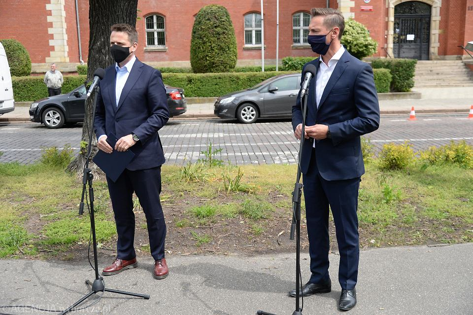 Olgierd Geblewicz i Rafał Trzaskowski na konferencji prasowej przed rektoratem US. Obaj wezmą udział w środowej debacie samorządowej współorganizowanej przez 'Gazetę Wyborczą'
