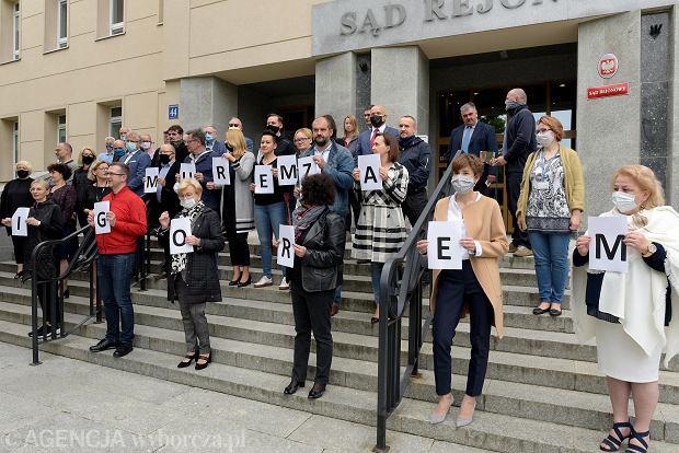 Sędziowie przed sądem w Olsztynie zebrali się, by wyrazić solidarność z szykanowanym sędzią Igorem Tuleyą