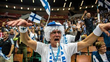 """Finlandia gra w siatkarskich finałach mistrzostw świata po raz pierwszy od 32 lat. Nic dziwnego, że do Katowic, gdzie Finowie rozgrywają mecze, przyjechały tłumy kibiców tej drużyny. Organizatorzy spodziewają się przyjazdu nawet 3 tys. fanów. Doping ubranych w biało-niebieskie stroje i wspaniale zorganizowanych kibiców pomógł reprezentacji Finlandii w odniesieniu zwycięstwa nad wicemistrzem świata Kubą 3:2. <br> <a href=""""www.sport.pl/siatkowka/0,106368.html"""">Wyniki, terminarz i ciekawostki z MŚ w siatkarskim serwisie Sport.pl</a>"""
