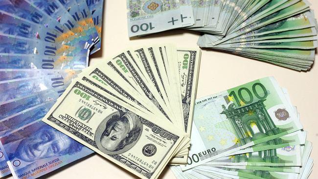 Kursy walut 15.11 o godz. 7. Główne waluty zaczęły tracić na wartości [kurs euro, dolara, funta, franka]
