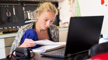 Praca z domu: na dłuższąmetę lepiej sprawdzająsięstałe godziny.