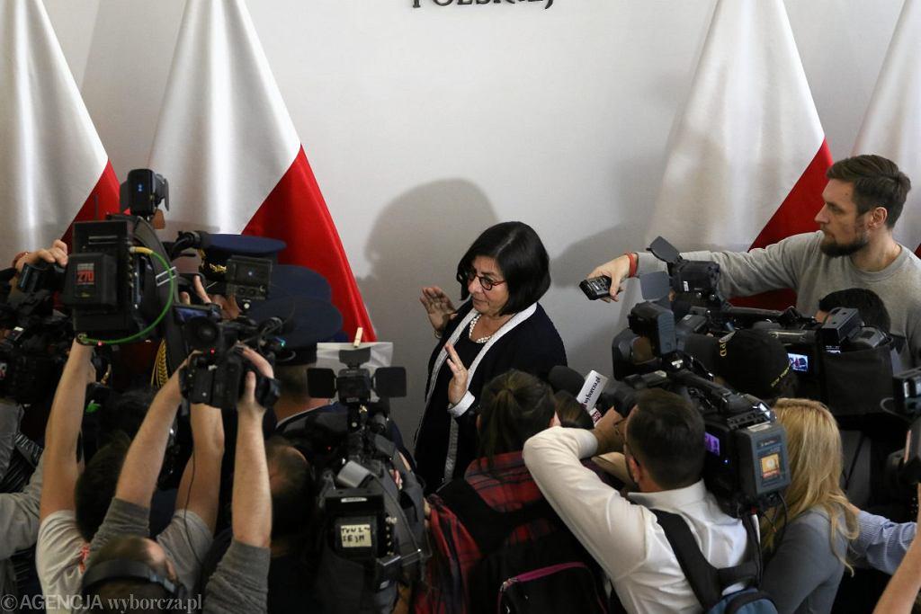 Ambasador Izraela w Polsce Anna Azari wychodzi ze spotkania z marszałkiem senatu Stanisławem Karczewskim ws. nowelizacji ustawy o IPN.