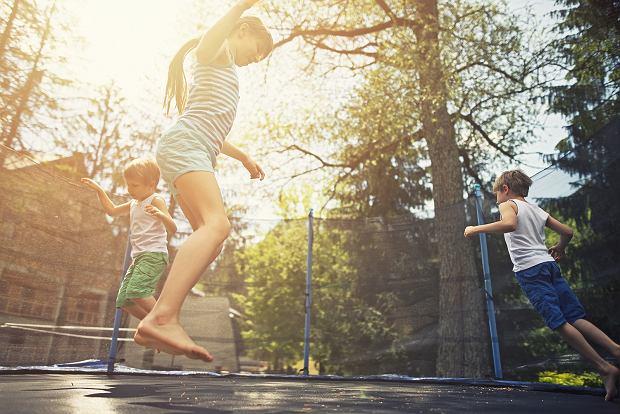 Coraz więcej wypadków na trampolinach. Winni rodzice? Ekspert: dorośli łamią większość zasad