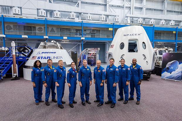 Pierwsza grupa astronautów NASA mających polecieć w kosmos w latach 2019-2020 na statkach Starliner (L) firmy Boeing oraz Dragon-2 (P) firmy SpaceX