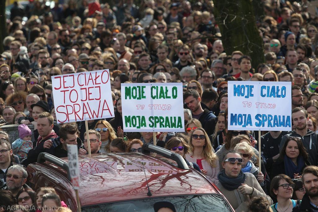 Oburzeni proponowanym zaostrzeniem ustawy aborcyjnej zbierają się pod Sejmem.