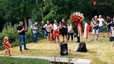 Podczas oficjalnych uroczystości ku czci powstańców warszawskich na cmentarzu we Frankfurcie polski kibic zaczął wykrzykiwać do mikrofonu hasła narodowe.